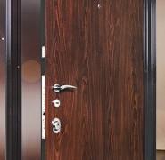 Dzelzs durvju montāža
