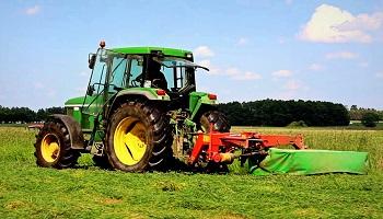 Zāles pļaušana ar traktoru Rīgā, Jūrmalā